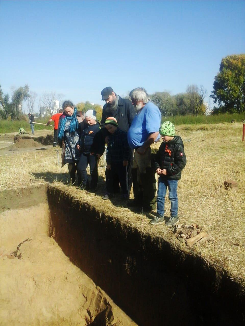 Руководитель раскопок С.В.Колонцов проводит экскурсию по объекту